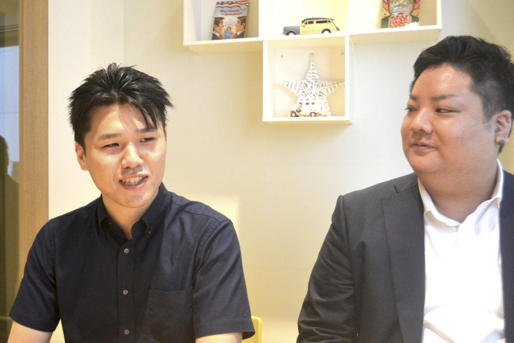 システム開発部の山村孔希さん(左)、社長室・営業企画部課長の迎信義さん(右)